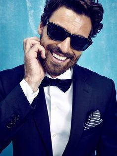 Den Look kaufen: https://lookastic.de/herrenmode/wie-kombinieren/anzug-dunkelblauer-businesshemd-weisses-fliege-dunkelblaue/16013 — Dunkelblaue Fliege — Weißes Businesshemd — Weißes und dunkelblaues vertikal gestreiftes Einstecktuch — Dunkelblauer Anzug