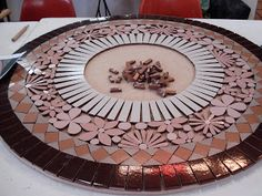 Mesa Renda em Ceramica. A construção do mosaico da Mesa Renda de Schandra, de Curitiba. Ver a foto final no outro pin desta pasta.