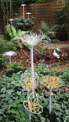 Chicken wire flowers made by Johanna Langezaal Garden art Backyard Garden Design, Diy Garden, Garden Crafts, Garden Projects, Garden Art, Herb Garden, Chicken Wire Art, Chicken Wire Sculpture, Chicken Wire Crafts