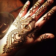 Mehndi designs for engagement ceremony are voguish, yet classy in design. Check out the below listed and choose your desired mehndi style to adorn your hands and feet as almost no Asian wedding is complete without it. Henna Hand Designs, Mehandi Designs, Mehndi Designs For Hands, Henna Tattoo Designs, Tattoo Ideas, Henna Tatoo, Henna Ink, Henna Body Art, Mehendi