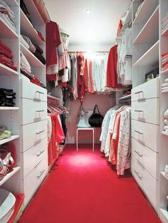 Белая гардеробная с удачной организацией хранения вещей - мечта каждой девушки.