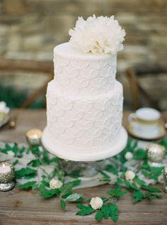 Zweistöckige, weiße Torte mit Spitzen-Dekor – white wedding cake with lace decor