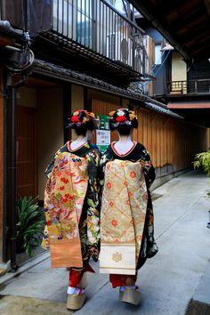 Japanese Geisha, Japanese Beauty, Japanese Kimono, Japanese Uniform, Japanese Outfits, Traditional Fashion, Traditional Outfits, Kabuki Costume, Modern Pictures
