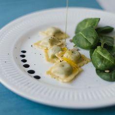 Heute werden wir zum Popeye und gönnen uns schmackhafte Spinatravioli! 💪 Ravioli, Tofu, Photo And Video, Ethnic Recipes, Instagram, Spreads, Spinach, Products
