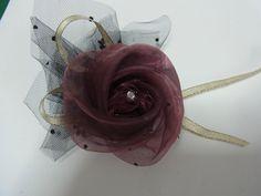 今日は、オーガンジーで作る       超、簡単コサージュをご紹介します。       写真を見ただけでは分からないかもしれません。    オーガンジーでなくても構いませんので、薄い生地を用意して、      写真を見ながら試してみて下さい。      あら不思議!!... Lace Ribbon, Ribbon Hair, Fabric Ribbon, Handmade Flowers, Diy Flowers, Fabric Flowers, Brooch Corsage, Beaded Lace, Flower Crafts