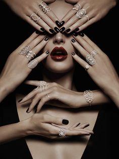 Inspiración. Foto de belleza que no deberá faltar. Rostro rodeado de manos luciendo accesorios.