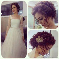A noiva que preferir cabelos presos, pode apostar em acessórios com alguns fios soltos