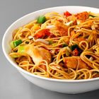 Japanse mie met kipfilet en roerbakgroenten Pasta Noodles, Time To Eat, Wok, Pasta Recipes, Food Inspiration, Main Dishes, Spaghetti, Food And Drink, Snacks