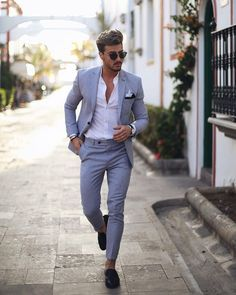 -costume gris clair – chemise blanche – pantalon sans ceinture fuselé – mocassi… -costume light gray – white shirt – pants without belt tapered – moccasins Blazer Outfits Men, Stylish Mens Outfits, White Shirt Outfits, Stylish Suit, Formal Men Outfit, Formal Suits, Formal Wear, Designer Suits For Men, Mens Fashion Suits