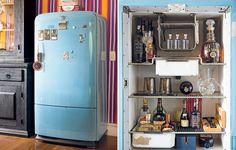 """A geladeira virou um bar original na sala de almoço da artista plástica Dedéia Meirelles. """"Comprei-a em uma loja de usados no centro de São Paulo e a pintei com tinta automotiva azul anos 1950. Funciona, mas uso desligada"""", afirma"""