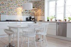 papier peint blanc à motifs floraux multicolores dans la cuisine blanche