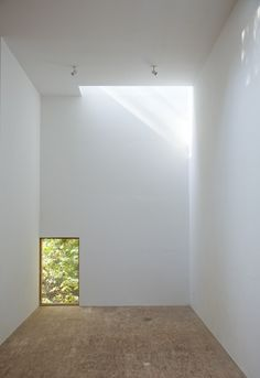 (the window and skylight are fab, the strand board floor less so, but that is what beautiful rugs are for) T Space, NY - Steven Holl Architects. Photo © Susan Wides