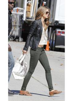 Annalynne McCord    Look de star Pop    Veste en cuir, top en dentelle et slim kaki, Annalynne McCord au top dans les rues de Los Angeles.