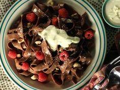 chocolate pasta with chocolate hazelnut cream sauce, white chocolate shavings and fresh berries (KE)