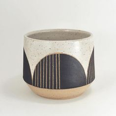 Just a little black and white planter soon ? - Just a little black and white planter soon ? Glass Ceramic, Ceramic Planters, Ceramic Mugs, Ceramic Art, Stoneware, Pottery Mugs, Ceramic Pottery, Pottery Art, Modern Ceramics