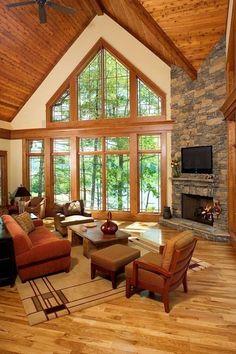 pierre de parement et un revêtement de sol aspect parquet dans le salon
