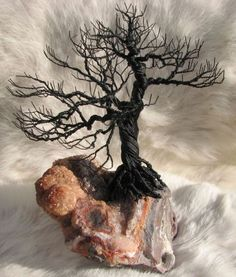 Bonsai Wire Tree on Lace Agate от philanooga на Etsy Ficus, Copper Wire Art, Bonsai Wire, Wire Tree Sculpture, Wire Sculptures, Tree Artwork, Wire Trees, Metal Tree, Wire Crafts