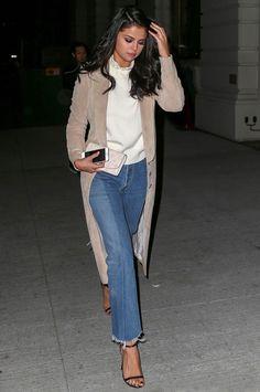 Street style de Selena Gomez com calça jeans e casaco comprido + sandália.
