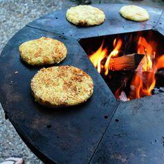 Potato Rosti on the Ringgrill BBQ 100cm Fire Pit #ringgrill #teppanyaki #cooking #urbangrill #urbanlife #urbangarden #woodfirepit #ruststeel #grilling #getreadyforwinter #yagoonadesignaustralia