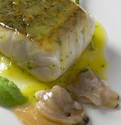Merluza en salsa verde con almejas Salsa Verde, Easy Cooking, Cooking Recipes, Healthy Recipes, Kitchen Dishes, Kitchen Recipes, Fish Recipes, Seafood Recipes, Pescado Recipe