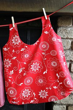 "free ""quick carrier"" pdf pattern. Nice reusable grocery/market bag. Made in such a way that it doesn't require turning any handles inside out."