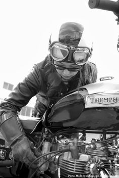 triumph Biker girl ❤️ Women Riding Motorcycles ❤️ Girls on Bikes ❤️ Biker Babes ❤️ Lady Riders ❤️ Girls who ride rock ❤️ Women Riding Motorcycles, British Motorcycles, Triumph Motorcycles, Vintage Motorcycles, Women Motorcycle, Motorcycle Helmets, Motos Triumph, Triumph Bikes, Triumph Bonneville