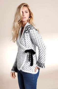 DZIANINY // HAPPY HOLLY Elegancki sweter z modnym wzorem, efektowne wiązanie z boku, 179 zł.