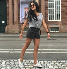 Black and white shorts style with white converse. Fashion style, classic and different Converse Fashion, Black And White Shorts, White Converse, Classy And Fabulous, Daily Fashion, My Style, Spring, Classic, Photography