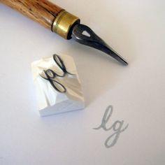 Vous souhaitez éliminer vos initiales ? Ce timbre personnalisé serait parfait pour signer vos lettres, personnaliser des livres ou autres trucs. Il existe 4 types de lettres A-CAPITAL ou B-little : 1 / Garamond : une typographie très classique 2 / vieux Londres : gothique 3 / Futura : contemporain 4 / ambassade : script * Taille : entre 0,4 et 0,8 en hauteur et en largeur * COMMENT ÇA MARCHE ? 1. vous achetez ce « tampon initial personnalisé » 2. vous écrivez vos initiale...