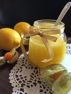Egy korábbi receptemben már a mák és a citrom párosításakor használtam ezt a zseniálisan finom, selymesen krémes citromkrémet, lemon curd néven szerepel a blogomon. Akkor egy mákos süti tetejére sűrűbb változatban került, kókusszal társítva, most viszont egy mákos gombóc mellé szerettem volna…