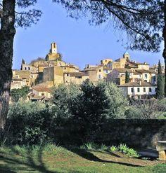 Lourmarin (Photo Emile Taillefer) : au pied du Lubéron, le village est une véritable conque de verdure entouré de vignes et d'oliviers qui f...