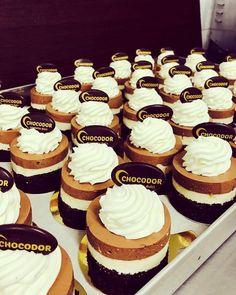 Cauti un tort special? L-ai gasit 😊 Chocodor se gandeste tot timpul la tine Food Porn, Desserts, Tailgate Desserts, Deserts, Postres, Dessert, Plated Desserts, Treats