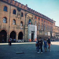 In Piazza Maggiore in una giornata di sole c'è chi fa una passeggiata, chi fa foto, chi mangia un gelato e poi c'è anche chi si dà un bacio