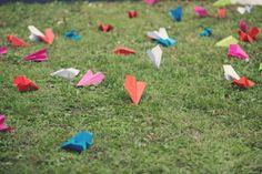Des avions en papier, pour une sortie très colorée des mariés