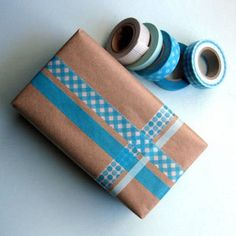 DIY Kraft Paper Gift Wrap Ideas Take plain kraft paper gift wrap and make it pop with these 12 DIY kraft paper gift wrap ideas.Take plain kraft paper gift wrap and make it pop with these 12 DIY kraft paper gift wrap ideas. Kit Natura, Brown Paper Wrapping, Creative Gift Wrapping, Wrapping Ideas, Japanese Gift Wrapping, Gift Wraping, Washi Tape Diy, Brown Paper Packages, Tape Crafts