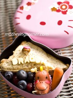 Cute little sandwich princess being rescued from the kawaii dragon! One of the cutest bento I've ever seen, EVER.