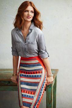Camisa jeans traz o ar mais esportivo e a saia lápis deixa de ficar tão sexy, mas mantém a cintura marcada e as curvas valorizadas. A estampa com direções variadas ajuda a disfarçar a barriguinha