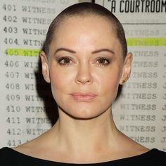 Rose McGowan avec le crâne rasé.