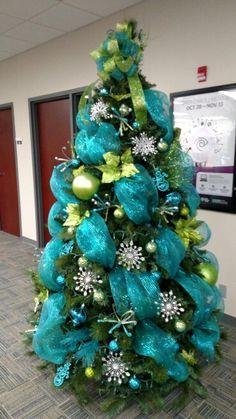 Arboles De Navidad En Azul Con Mallas Arboles De Navidad En Azul Decoracion Azul Para Peacock Christmas Tree Cool Christmas Trees Christmas Tree Decorations
