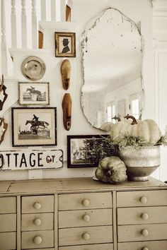A Simple Fall Farmhouse Entryway - Farmhouse Decoration Country Farmhouse Decor, Farmhouse Interior, French Country Decorating, Farmhouse Style, Modern Country, Vintage Farmhouse, Rustic Cottage, Primitive Country, Vintage Country