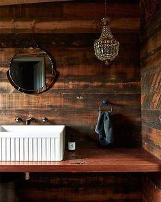 Nicole Ramsay  Este baño de aires rústicos está en el 12 de mejores baños del pasado 2016 en el blog. Y ese post es una de las historias destacadas esta semana www.vintageandchicblog.com /// #decoración #homedecor #baño #bathroom #estilorústico #rusticstyle
