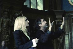 """Tim Burton dirigindo Eva Green durante as gravações de """"Sombras da Noite"""" (2012)"""