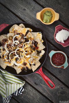Down and dirty finger food needs to happen every now and then and Chorizo Nachos are perfect. Tamales, Quesadillas, Healthy Appetizers, Appetizers For Party, Empanadas, Nachos, Burritos, Enchiladas, Food Cakes