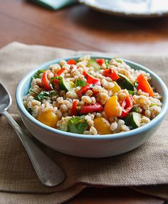 Farro Salad with Tomatoes and Grilled Zucchini Summer Squash And Zucchini Recipe, Grilled Zucchini Recipes, Summer Squash Recipes, Vegan Zucchini, Veggie Recipes, Veggie Meals, Fat Free Vegan, Perfect Grill, Farro Salad