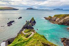 Über 2500 Kilometer schlängelt sich der Wild Atlantic Way im Westen Irlands entlang, einer der längsten und wildesten markierten Küstenrouten der Welt.