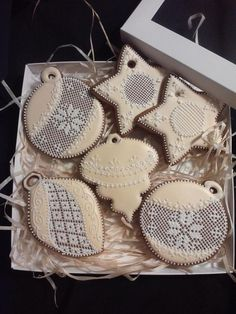 Christmas cookies, needlepoint lace, white & ivory, by  	Ciasteczkowy Butik, posted on Cookie Connection
