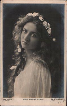 Maude Fealy as Ophelia