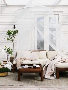 7 Eye-Catching Outdoor Spaces 7 Eye-Catching Outdoor Spaces The post 7 Eye-Catching Outdoor Spaces appeared first on Outdoor Ideas. Patio Ikea, Ikea Patio Furniture, Furniture Sets, Patio Interior, Interior And Exterior, Interior Design, Outdoor Rooms, Outdoor Living, Outdoor Decor