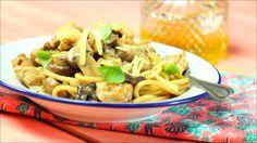 Receta con instrucciones en video: ¡Sabrosísima! Ingredientes: 20 g de hongos secos, 100 cc de agua, 4 muslos de pollo, 300 g de portobellos, 200 cc de vino blanco, 500 cc de crema de leche, 500 g de spaghetti, 250 g de queso parmesano, Hojas de albahaca fresca, Aceite de oliva, Sal y pimienta negra