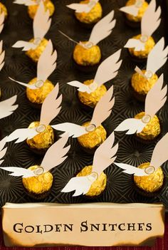 Throw a Muggle-Approved Harry Potter Baby Shower Treat yourself + your guests to some Golden Snitches at your Harry Potter-themed party.Treat yourself + your guests to some Golden Snitches at your Harry Potter-themed party. Baby Harry Potter, Deco Noel Harry Potter, Natal Do Harry Potter, Harry Potter Motto Party, Cadeau Harry Potter, Harry Potter Fiesta, Harry Potter Bricolage, Harry Potter Thema, Harry Potter Halloween Party
